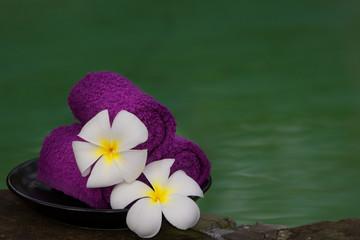Asciugamani viola in una spa