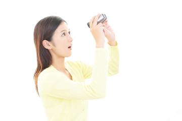 双眼鏡を持つ女性