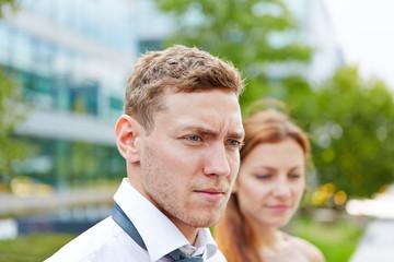 Mann neben Frau auf einer Hochzeit