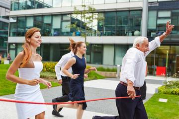 Senior Chef gewinnt beim Laufen mit Business Team