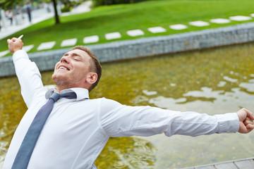 Entspannter Mann streckt seine Arme aus