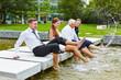 Leinwanddruck Bild - Geschäftsleute spritzen Wasser im Sommer