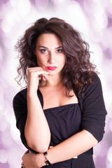 schöne Frau steht mit Hand im Gesicht - farbiger Hintergrund