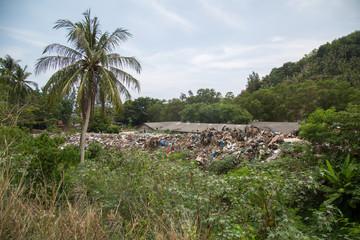 Unvorstellbarer Müllberg bis zum Dach