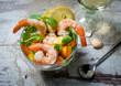 mediterraner Meeresfrüchtecocktail mit Shrimps, Obst und Gemüse