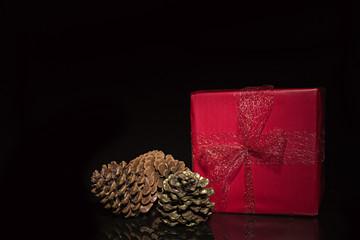 Caja envuelta para regalo  y piñas.