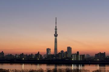 夕景の東京スカイツリー ライトアップと日没後の美しい空