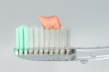 Pasta de dientes en el cepillo