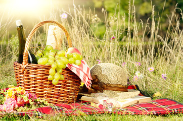 Picnic basket with hat