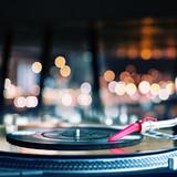 Fototapety Playing vinyl