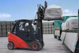 Moderner Gabelstapler belädt Lastwagen - 75534858