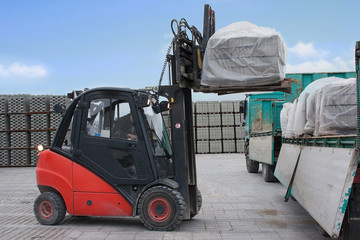 Moderner Gabelstapler belädt Lastwagen