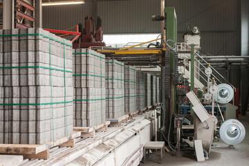 Fabrikhalle mit Betonsteinmaschine