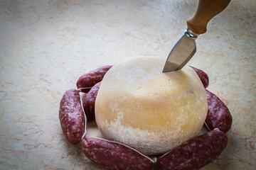 Forma di formaggio con salsiccia