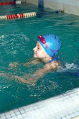 girl start to swimming pool