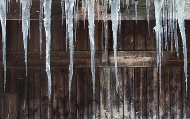 Eiszapfen mit Holzhintergrund