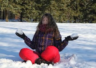 Mädchen entspannt im Schnee