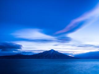 夕暮れの支笏湖と風不死岳に樽前山