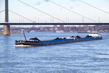 Frachter mit Kohle auf dem Rhein bei Düsseldorf