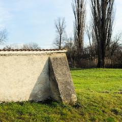 Mauer am Friedhof mit Stütze