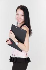Девушка с черным планшетом для бумаг