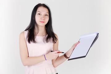 Девушка с планшетом для бумаг