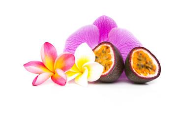 Fruit de la passion orné de fleurs de frangipanier et orchidée