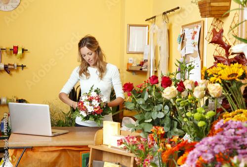 Flower shop owner - 75570829