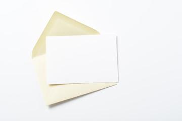 Sobre de papel y tarjeta