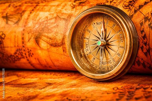vintage-kompas-lezy-na-mapie-swiata-starozytnego