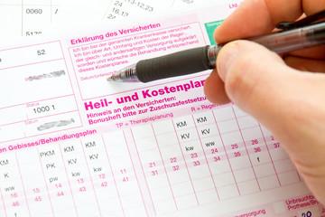 Mann beim Unterschreiben des Heil- und Kostenplanes