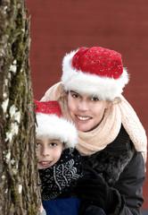 Frohe Weihnachten - Mutter und Sohn mit Weihnachtsmützen
