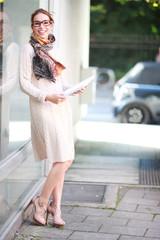 Junge Frau neben Schaufenster
