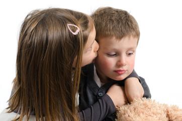 Mädchen tröstet ihren kleinen Bruder