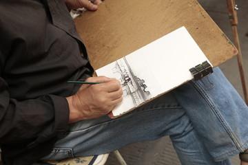 Hombre pintando un cuadro.