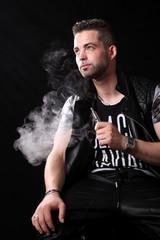 Jeune homme avec une e-cigarette