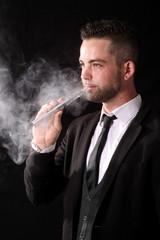 Homme élégant avec une e-cigarette