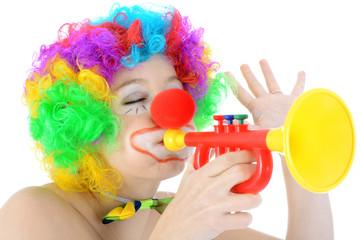 Clown mit bunten Haaren spielt Trompete