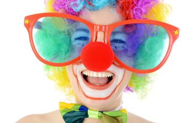 Clown mit großer Brille lacht laut