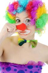 Clown drückt rote Nase zusammen