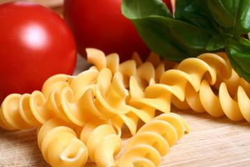 Nudeln, Tomaten und Basilikum