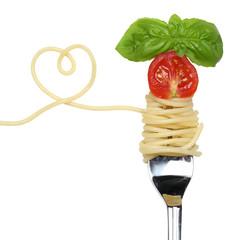 Spaghetti Gericht mit Herz auf einer Gabel Thema Liebe