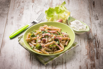 pasta with bacon lettuce and cream sauce