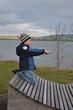 Kind entdeckt die Natur am See