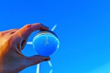 pala elica riflessa in una sfera di cristallo
