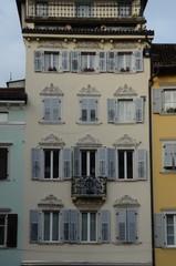 palazzo con finestre