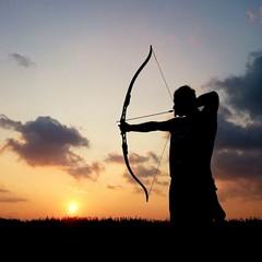 Silueta de arquero en puesta de sol