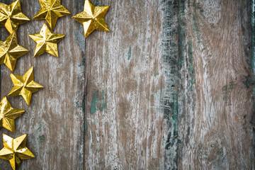 Etoiles dorées sur fond bois