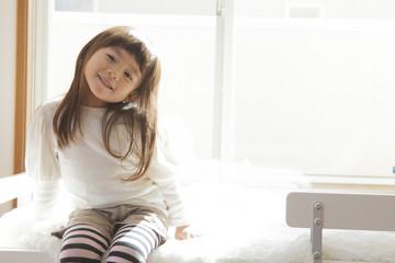 ベッドに座る女の子