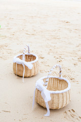 Preparing a wedding on the beach ; Accessories for florists